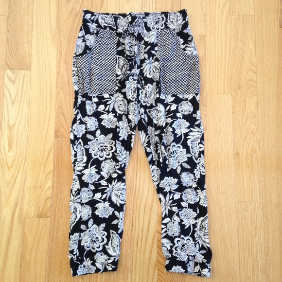 1e5a99f263 American Eagle Outfitters Pants - American Eagle Outfitters Flowy Floral  Pants